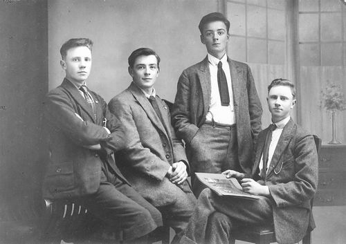 <b>ZOEKPLAATJE:</b>&nbsp;Vlieger Dirk de 1906 19__ met broer Siem ea bij Fotograaf