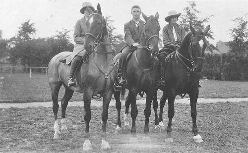 Vlieger Dirk de 1906 19__ te Paard met zus Jo en Nel v Tol