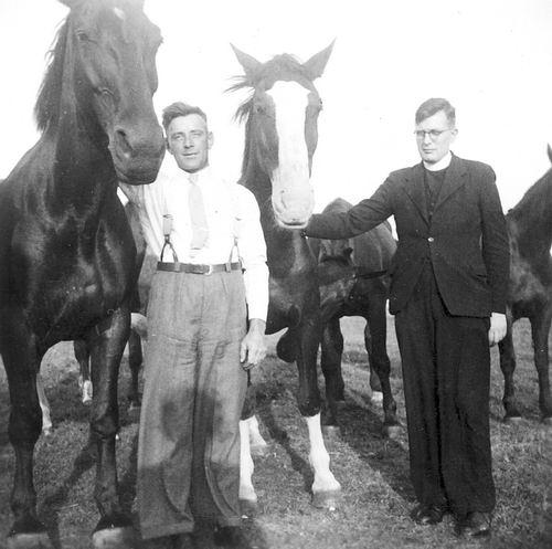 Vlieger Dirk de 1909 19__ bij Paarden met Pater Henk Geers
