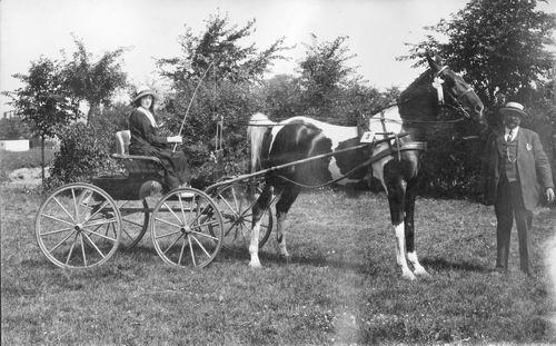Vlieger Jo de 19__ wint prijs met Bont Paard en Wagen