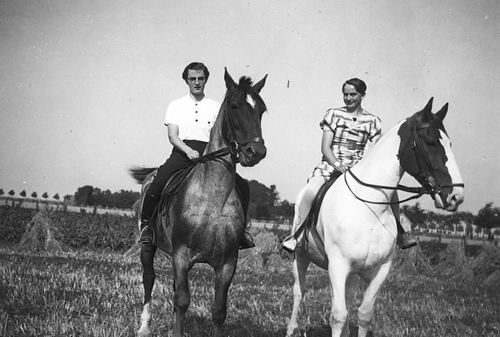 Vlieger Rie de 19__ te Paard met Annie Suidgeest