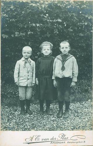 Vlieger Siem de 1909 191_ met zus Jo en broer Dirk