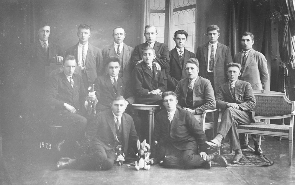 <b>ZOEKPLAATJE:</b>Vlieger Siem de 1909 19__ met Vrienden bij Fotograaf