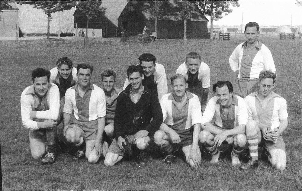 <b>ZOEKPLAATJE:</b>Voetbal Hoofddorp Boys 19__ Onbekend 03 met Piet Wakker