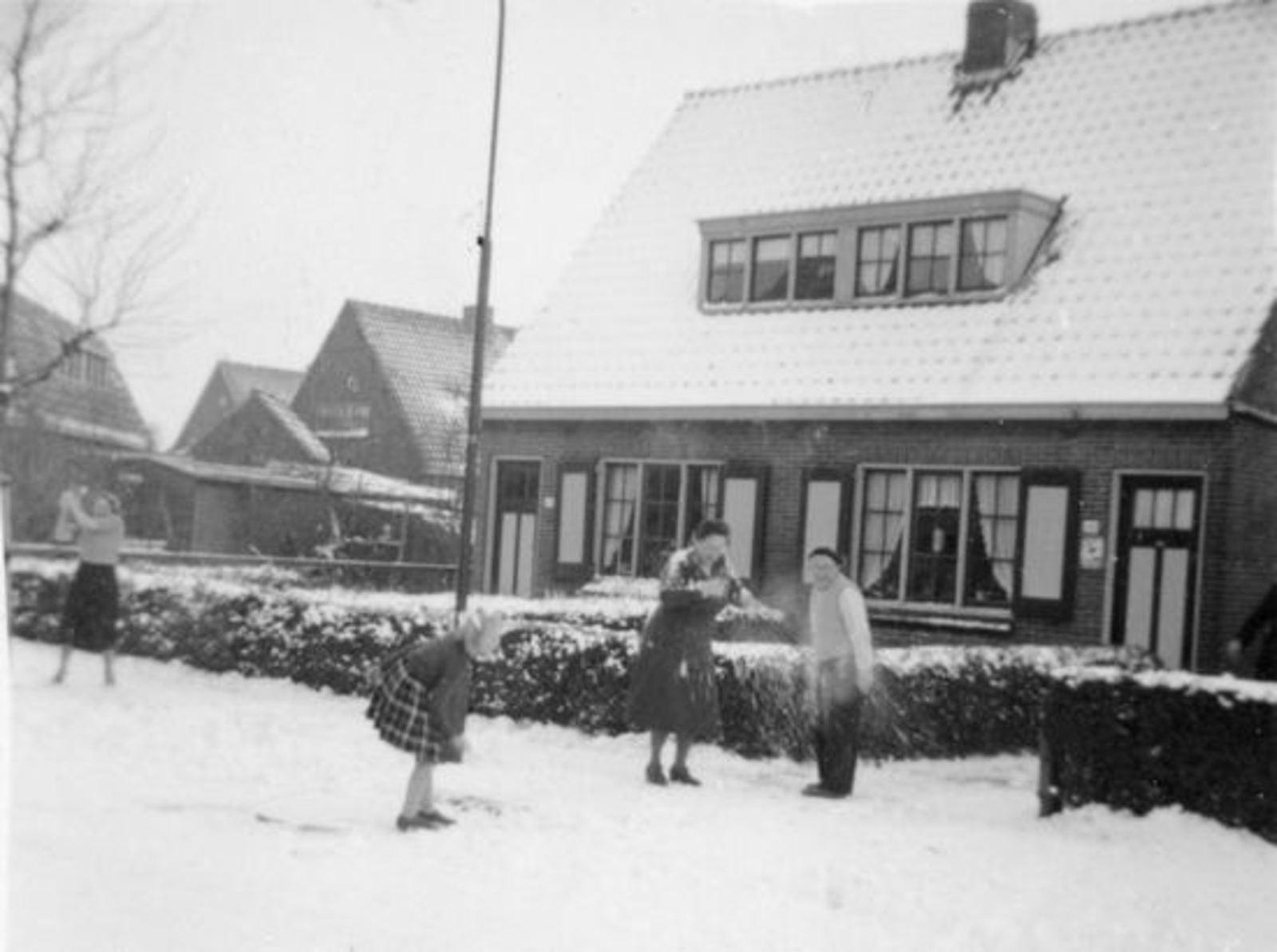 Wilhelminalaan O 0046 1954± met Daniel Broere Sneeuwbal gooien