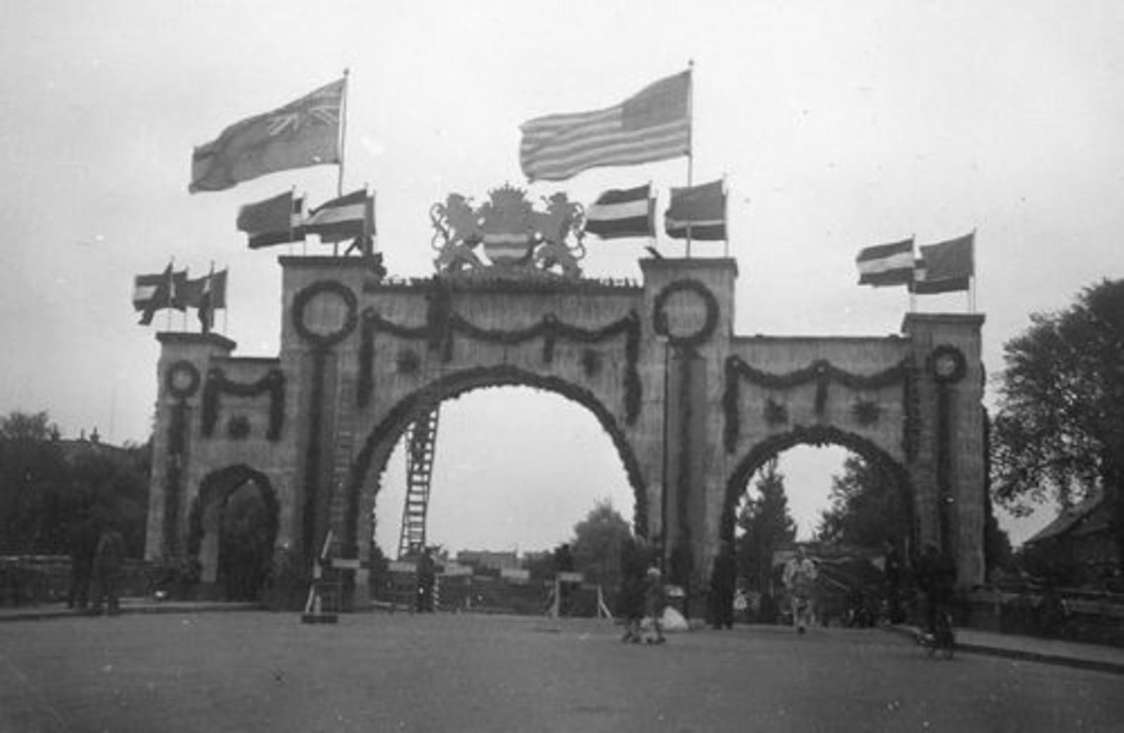 WO II 194509 Bevrijdingsfeest Bevrijdingspoort Kruisweg 100_ 04