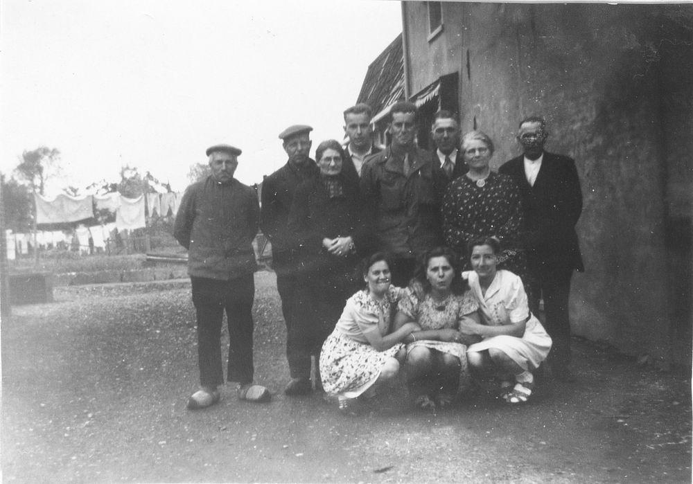 WOII 19450522 Bevrijding - fam vd Pol bij Kerkstraat 26 03