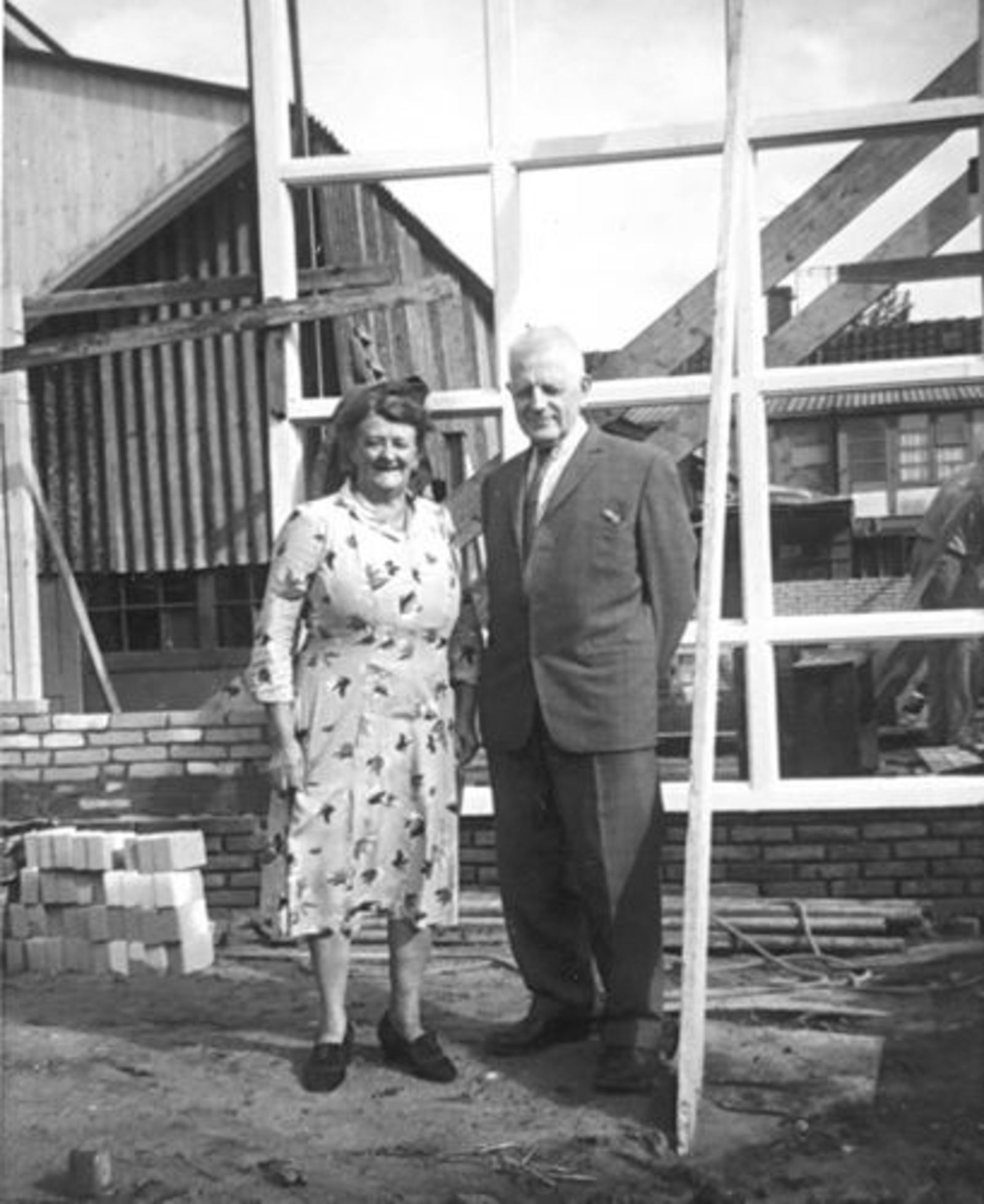 Zwager Nicolaas J 1890 1966± met Vrouw bij Nieuwbouw Tuinweg