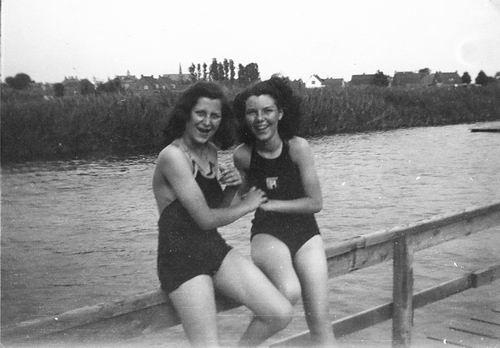 Zwembad 194_ met Fem vd Meer en zusters Robijn 01