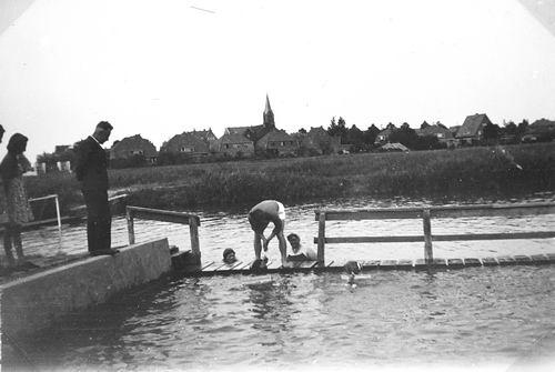 Zwembad 19__ Rien Knol geeft Zwemles