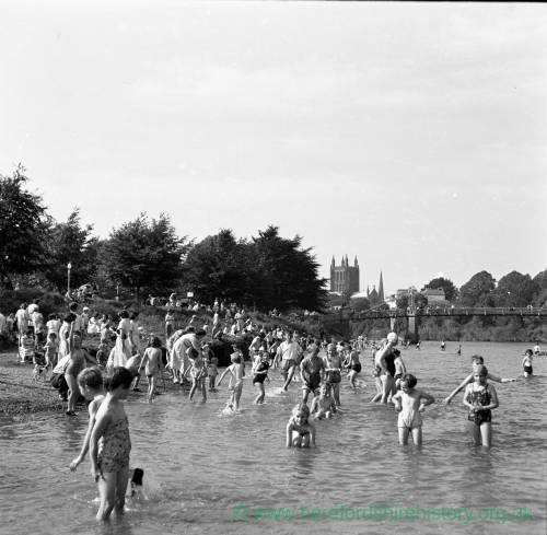 Children play at 'Hereford Beach' on the River Wye, 1949