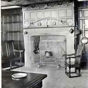 Li14070 Hereford - Old House, 1621 - Showing Hall - Photo by Alfred Watkins.jpg