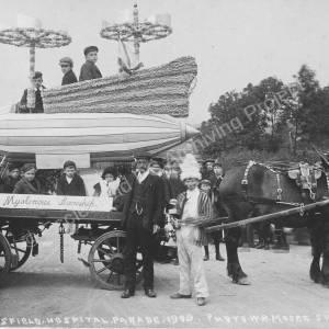 Hospital Parade airship float.jpg