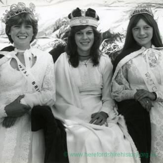 RG1913 - Ross Carnival Princesses and Queens - Whitchurch, 11th August 1983.jpg