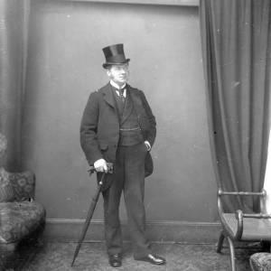 G36-029-07 Man in top hat with umbrella - studio portrait.jpg