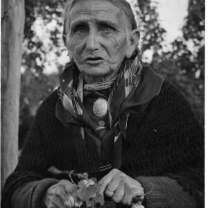 310 - Portrait of elderly Romany woman holding hop spray