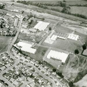 Li15111 Herefordshire - Aerial photo of Leominster 1969 - Railway Line, Worcester Road, industrial buildings.jpg