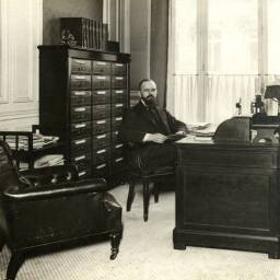 Photograph of a manager at his desk at the head office of Banque Suisse et Française