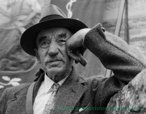 084 - Portrait of elderly man wearing trilby