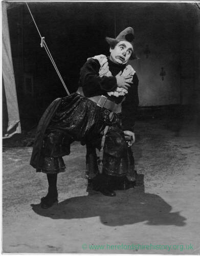 688 - Actor dressed in clown costume