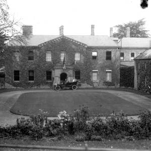 G36-546-07 Lower Eaton House, Eaton Bishop and chauffeured car with two ladies .jpg