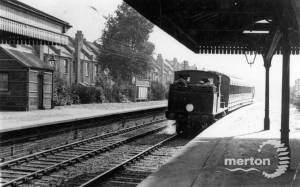Wimbledon-bound train arriving at Tooting Junction