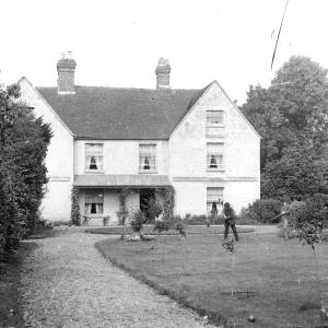 G36-534b-15 Croquet being played on the lawn of a house.jpg