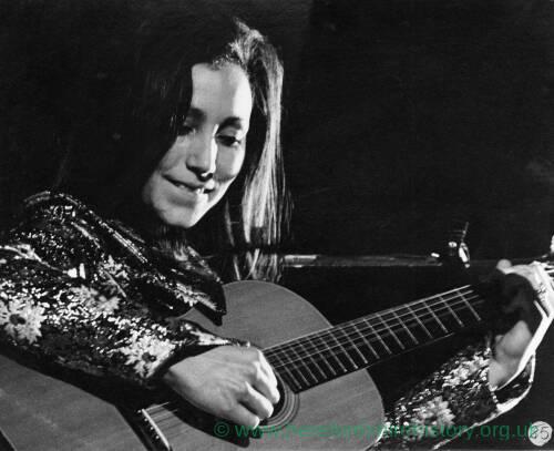 081 - Julie Felix playing guitar