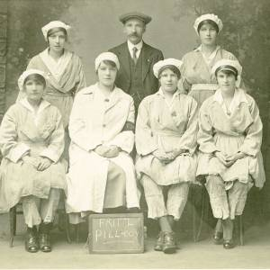 Munitions Workers, 6 ladies and 1 gentleman
