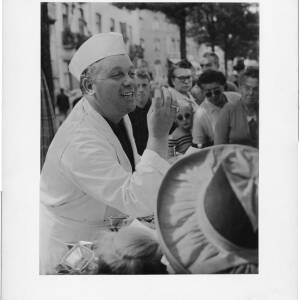 "218-219 - Salesman talking to crowd ""Il Est Bon!"""