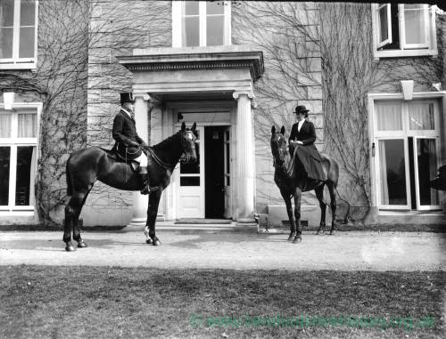 G36-254-07 Lady and gentlemen  mounted on hunters outside house as G36-254-01.jpg