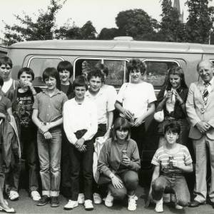 RG1887 The Mayor and a group of young people standing by a minibus holding cans of Tizer, 21st July 1983.jpg