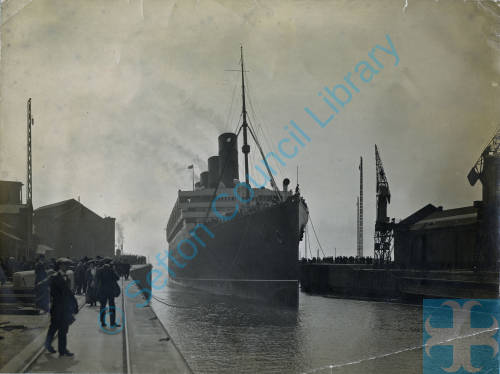 Gladstone Dock Bootle, Aquitania arriving