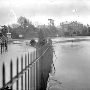 G36-423-02 River Wye in flood showing Victoria bridge and General Hospital .jpg