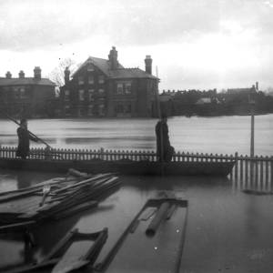 G36-493-09 River Wye in flood at Hereford. Photo possibly taken from Jordan's Boatyard looking across to Greyfriars Avenue.jpg