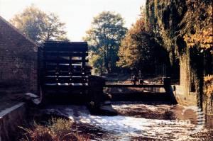 Merton Abbey Mills: Cast iron waterwheel