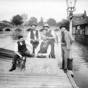 G36-030-07 Flood 26-8-1912 Men - Out of Work.jpg