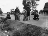 Mitcham 'Remember the Grotto': Children at the roadside