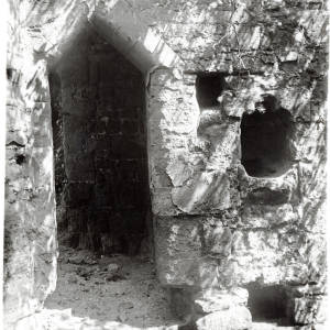 Goodrich Castle, door and piscina, 1917