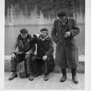 499 - Three dishevelled men beside river in berets