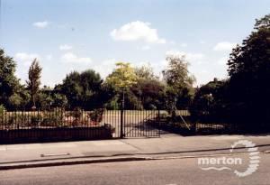Mostyn Gardens, Merton Park: Entrance