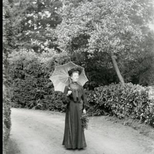 G36-026-08 Lady with parasol.jpg