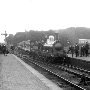 G36-546-04 Locomotive at Stoke Edith station, with railway officials and workers.jpg