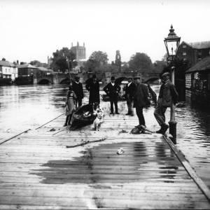 G36-030-08 Flood 26-8-1912 Landing Stage, men, canoe.jpg