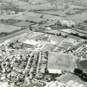 Li15110 Herefordshire - Aerial photo of Leominster 1969 - Railway, Worcester Road, bridge over railway to A44.jpg