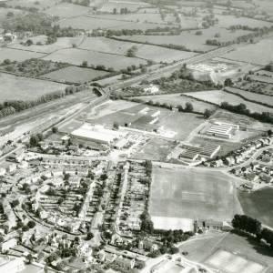 Li15110 Herefordshire - Aerial photo of Leominster 1969 - Railway, Worcester Road, bridge over railway to A44.jpg