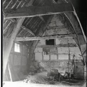 Fownhope, cruck barn, interior, 931