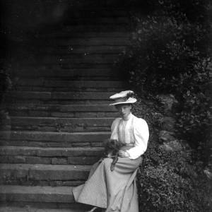 G36-541-15 Lady with pekinese dog, seated on garden steps.jpg