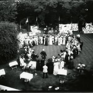 G36-019-01 Speaker at garden fete or sale of work, circle of 80 spectators.jpg