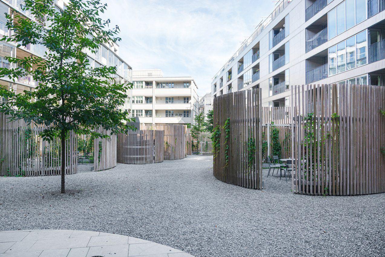 På bilden syns innergården samt Packhuset & Studio N°4